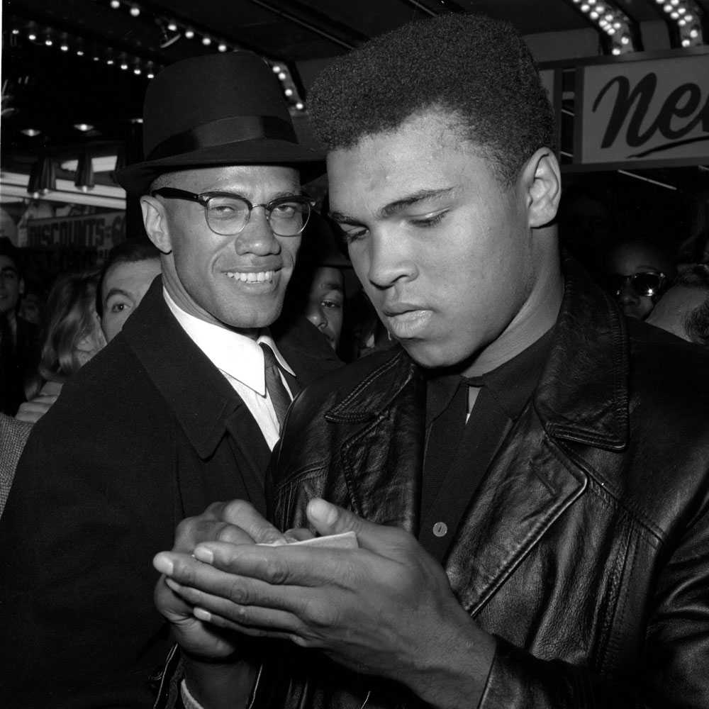 CASSIUS X blev Muhammad 1964 meddelade Cassius Clay att han var medlem i Nation of Islam. Hans gavs först namnet Cassius X men det ändrades sedan till Muhammad Ali. Många journalister vägrade använda det nya namnet. Här är Ali med muslimske ledaren Malcolm X.