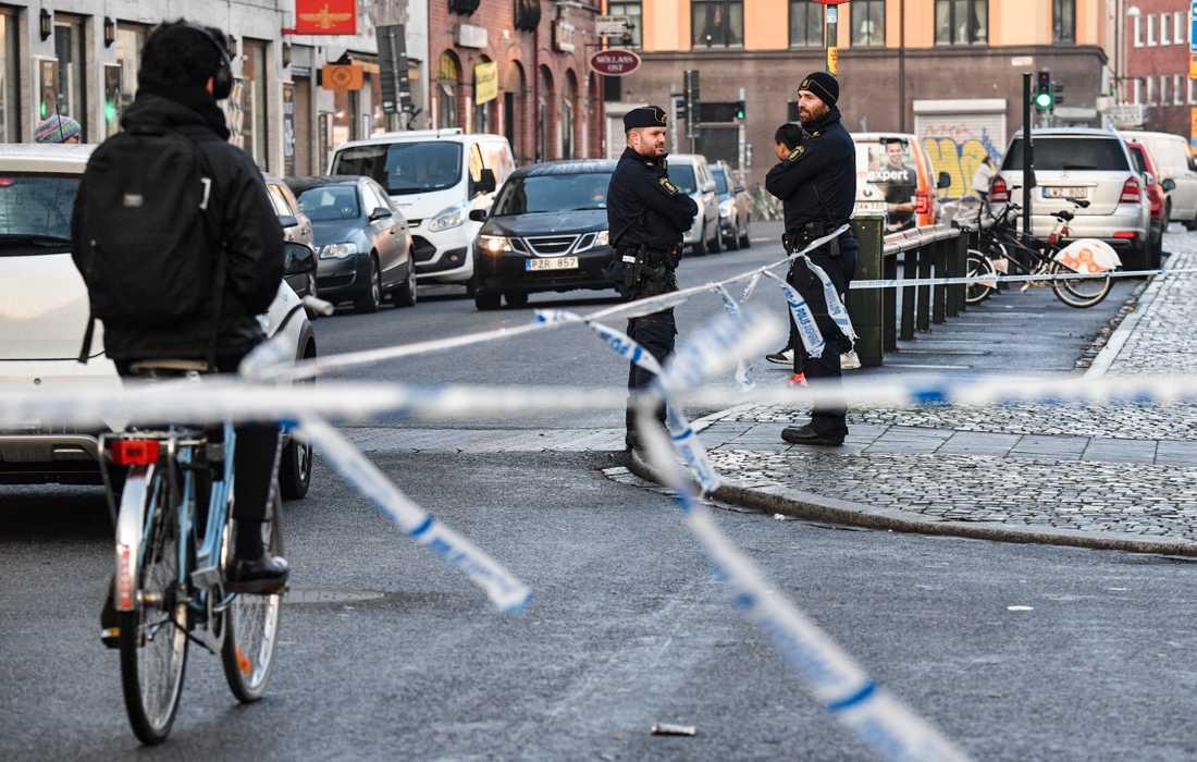 Polis och avspärrningar vid Möllevångstorget i Malmö morgonen efter anmälan om ännu ett våldsbrott. Nu ska utvecklingen vändas.