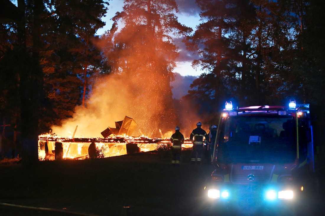 Det brann på flera platser kring Eskilstuna natten mot måndag. Polisen misstänker att bränderna är anlagda.