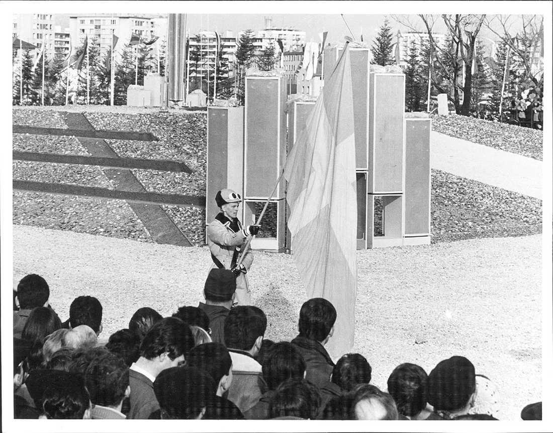 OS i Grenoble 1968, Barbro Martinsson, längdskidåkare bär fanan