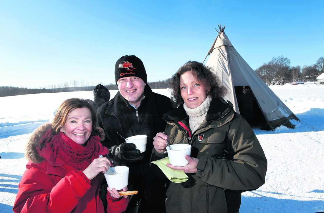 LAddar Monica Järnkvist (projektledare), Lars Sjödin (kommunchef) och Malin Eriksson (Wij trädgårdar) ska leda firandet av kronprinsessan Victoria och Daniel Westling i Ockelbo.