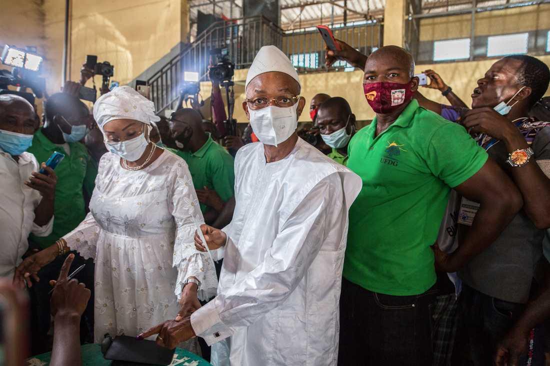 Guineas oppositionsledare Cellou Dalein Diallo röstar i presidentvalet i söndags.