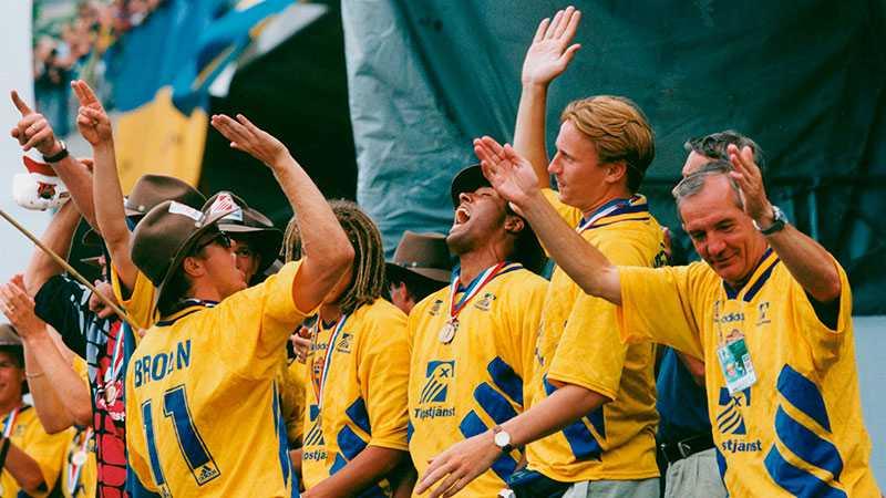 Tord Grip, längst till höger, firar VM-bronset 1994 vid hemkomsten i Stockholm.