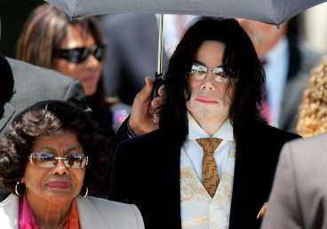 femte dagen Michael Jackson på väg till rättegångssalen där hans öde ska avgöras.