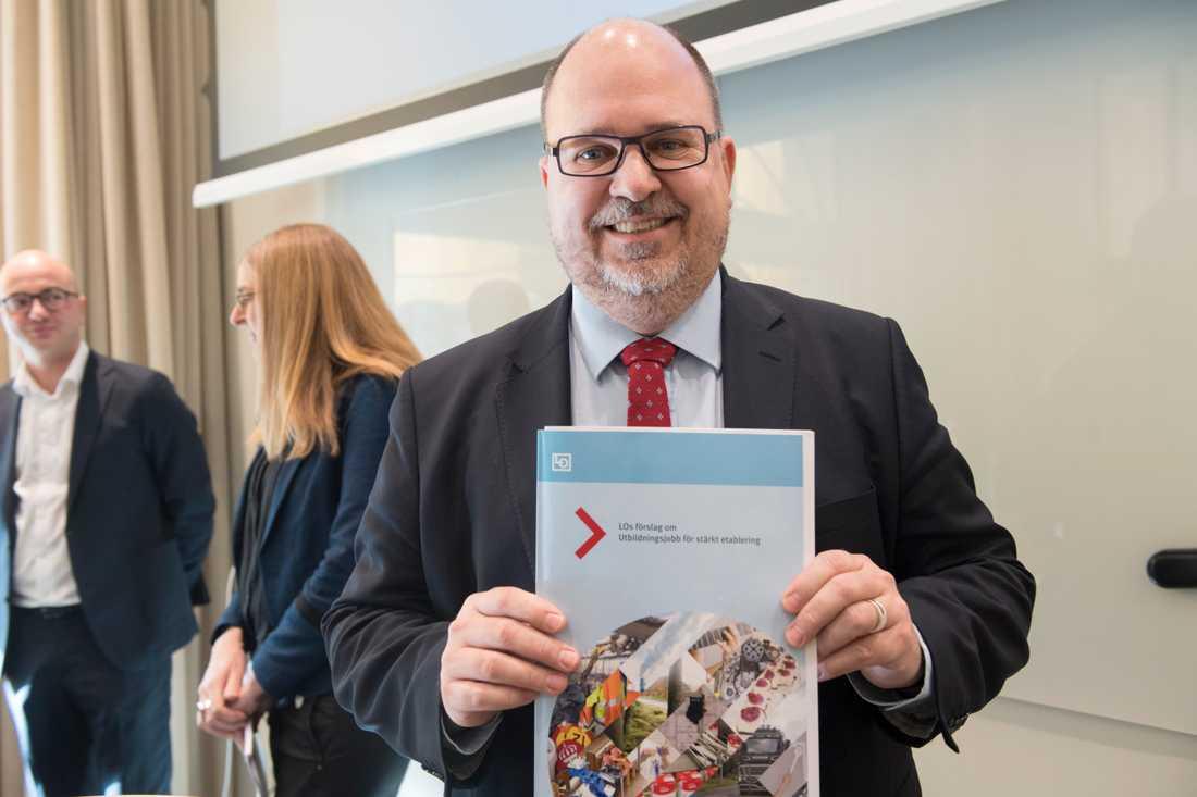 """LO-ordföranden Karl-Petter Thorwaldsson presenterar förslaget """"Utbildningsjobb för stärkt etablering"""". Ett förslag för att få fler flyktingar i arbete"""
