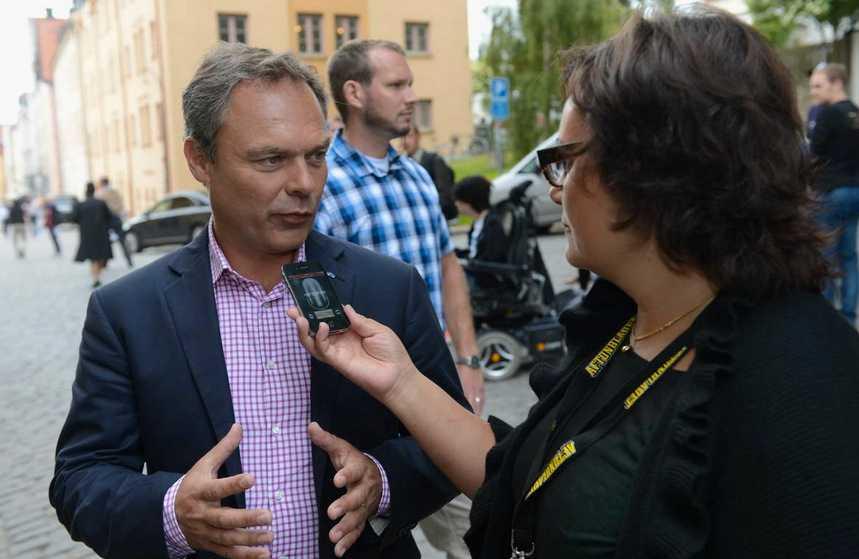 Jan Björklund intervjuas av Aftonbladets Anette Holmqvist.