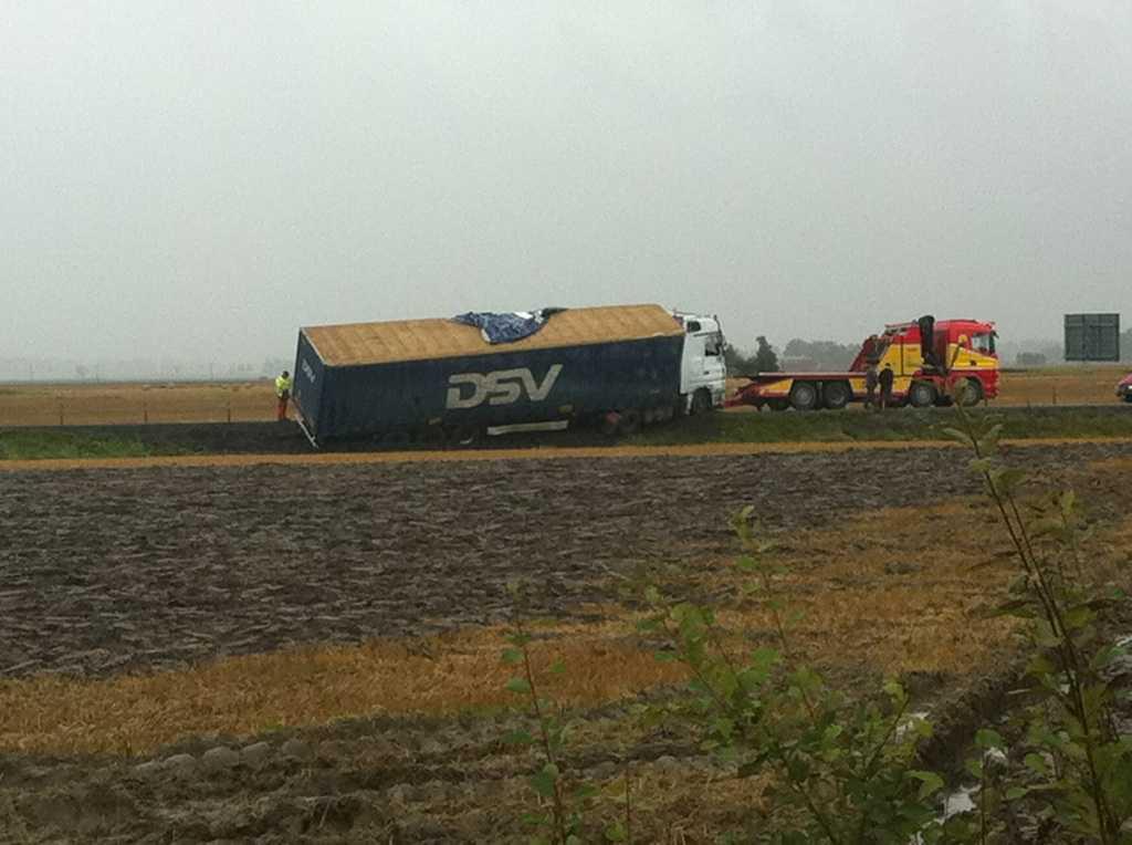 På E20 i höjd med Vara blåste en lastbil omkull.
