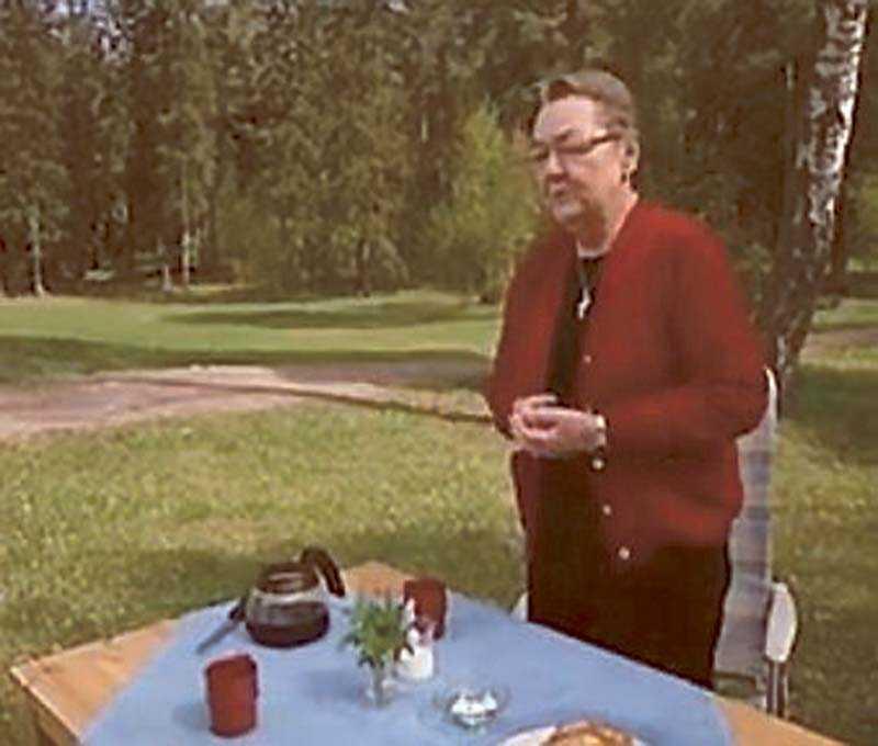 Folkpartiets Marit Paulsen bjuder på kaffe i valfilmen.