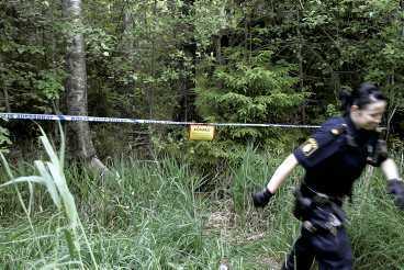 lockade in flickan i skogen Här inne i den täta skogsdungen misstänker polisen att flickan blev våldtagen. För att locka in 4-åringen sa mannen att han ville visa henne något - och hon följde med. Ett vittne har berättat för polisen att en man i 25-30-årsåldern sprang från platsen.