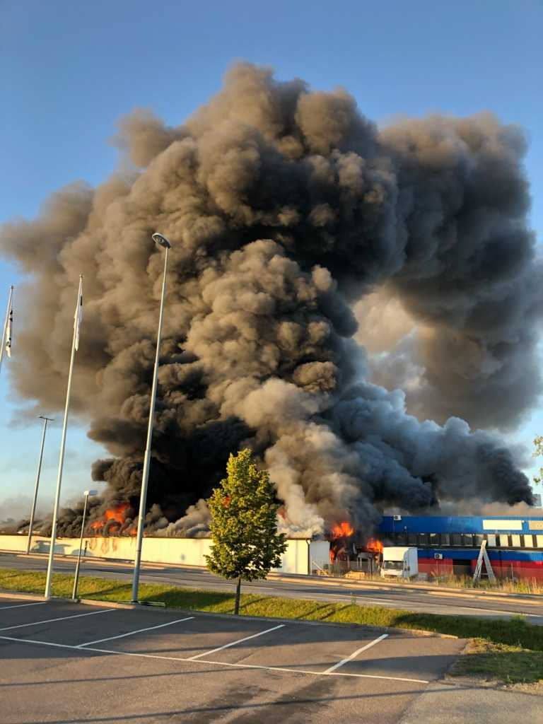 Brand i färgbutik i Norrtälje
