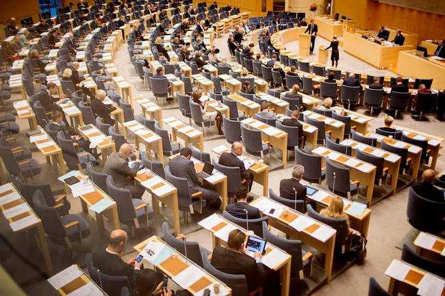 DEMOKRATUR? Riksdagens plenisal - tro inte det är här som de viktiga politiska besluten tas.