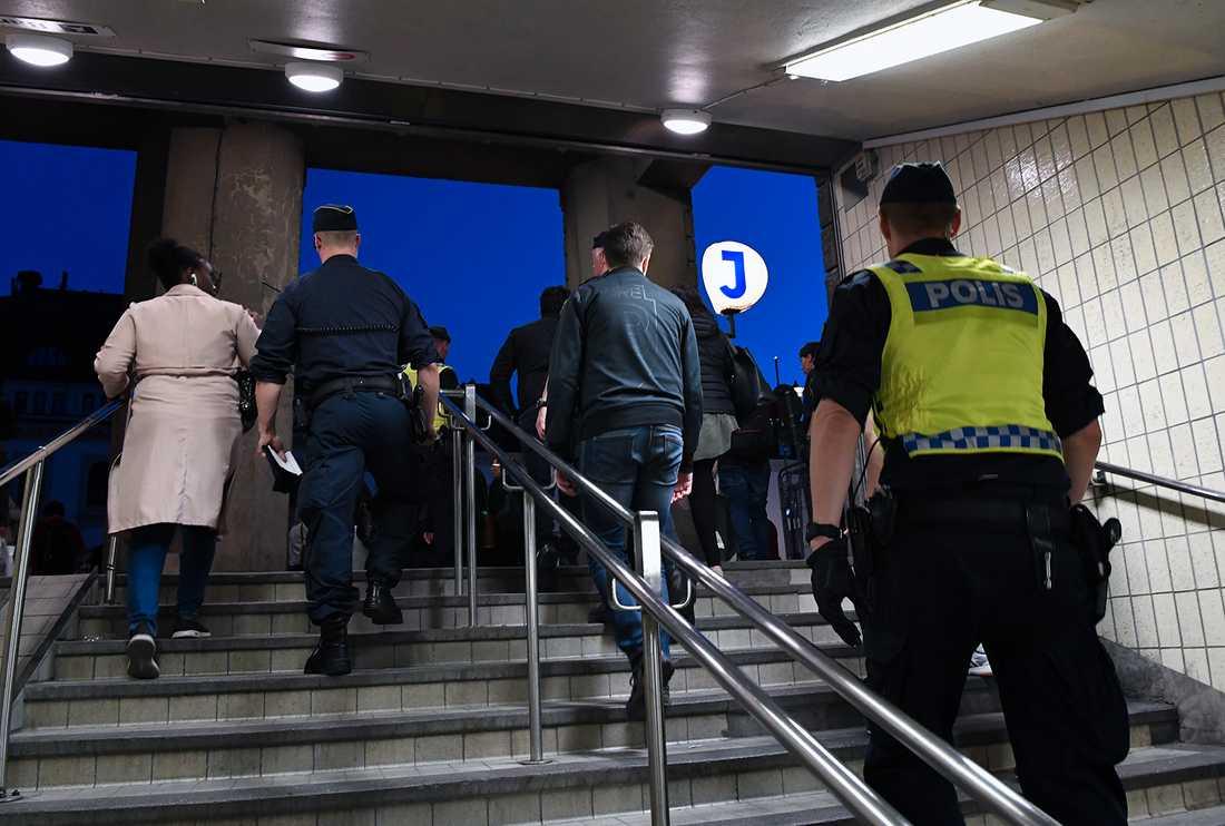Människor leddes upp ur tunnelbanan av polisen.