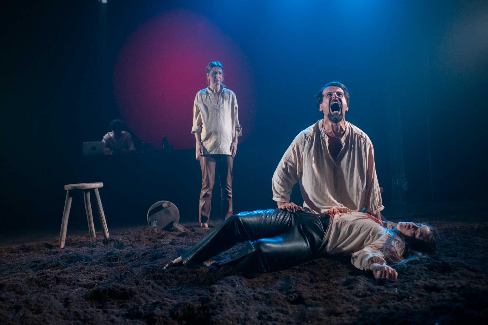 """Elina du Rietz, Zardasht Rad och Hanna Hurtig i """"Kohlhaas"""" på Teater Giljotin."""