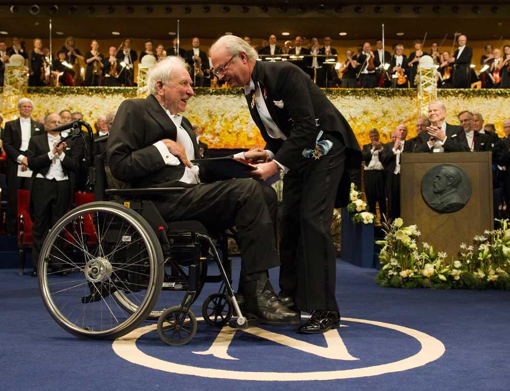 Kung Carl XVI Gustaf överlämnar nobelpriset i litteratur till Tomas Tranströmer under Nobelceremonin i Konserthuset i Stockholm.