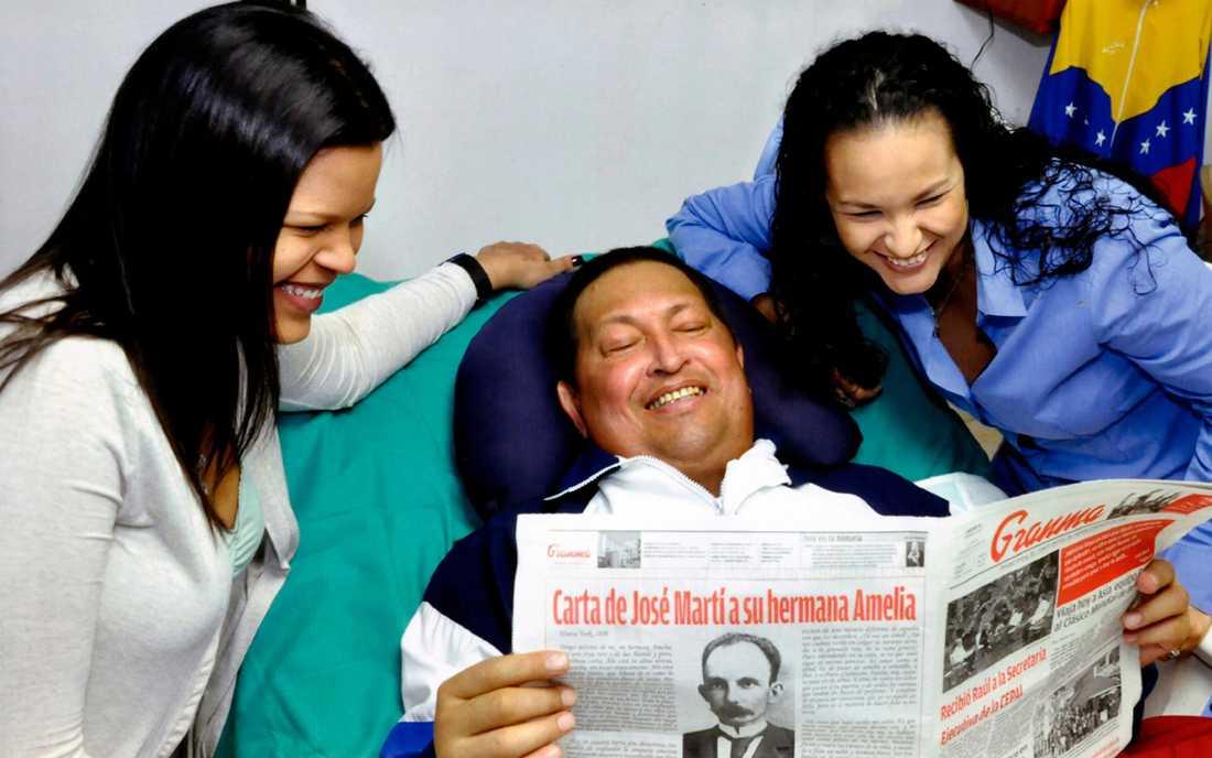 Hugo Chavez tillsammans med döttrarna på sjukhus på Kuba. Det här är en av de sista officiella bilderna på honom.