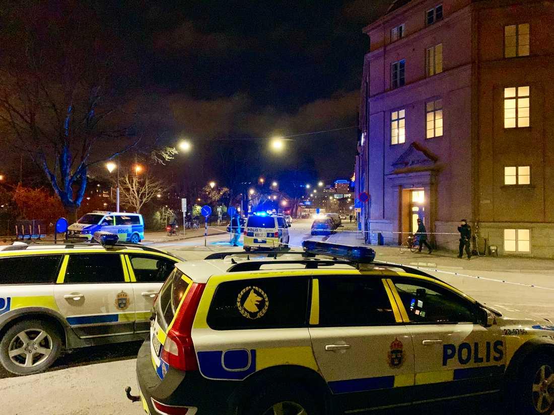 Polisen jagar nu en ung kvinna som är misstänkt för en knivskärning utanför en gymnasieskola i Örebro.