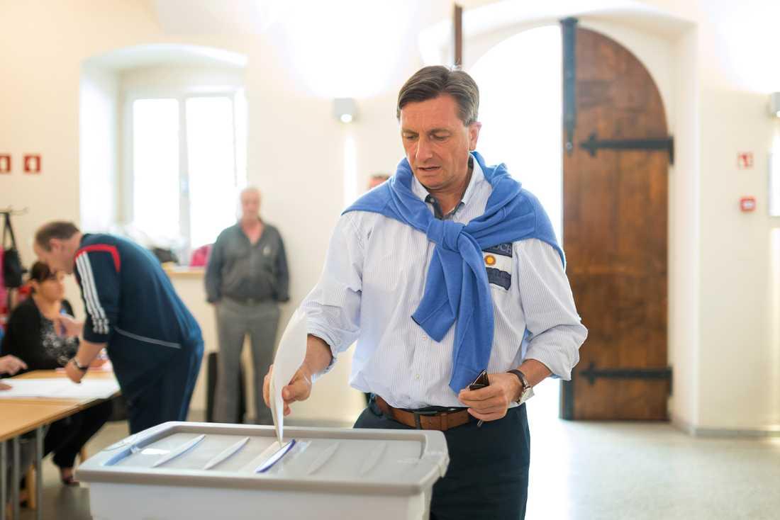 Sloveniens president Borut Pahor lägger sin röst i en valurna i Sempeter i Slovenien.
