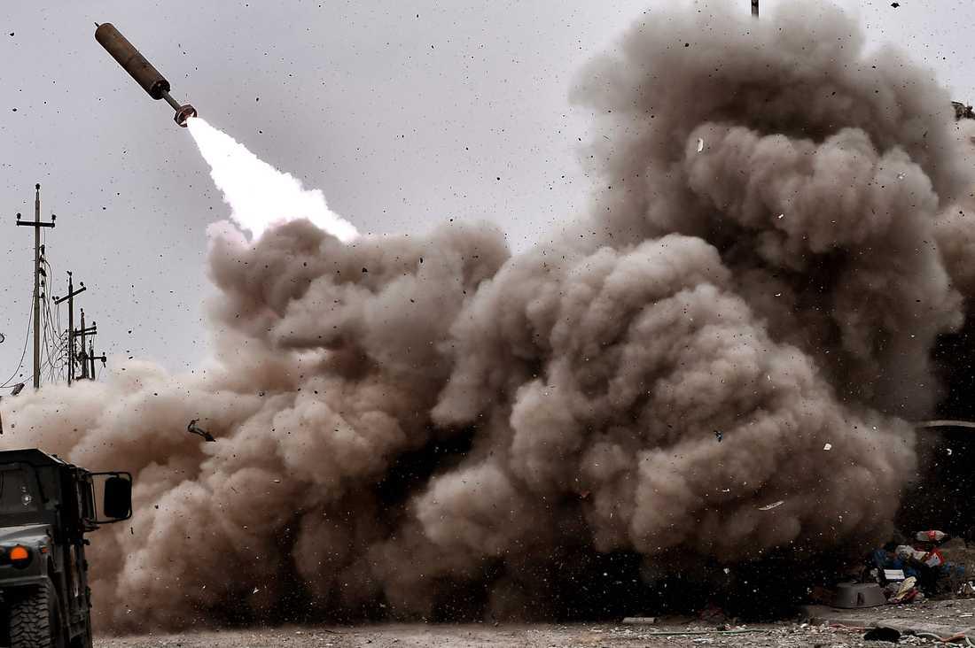 Irakisk artillerield avfyras mot IS-fästen i Mosul.