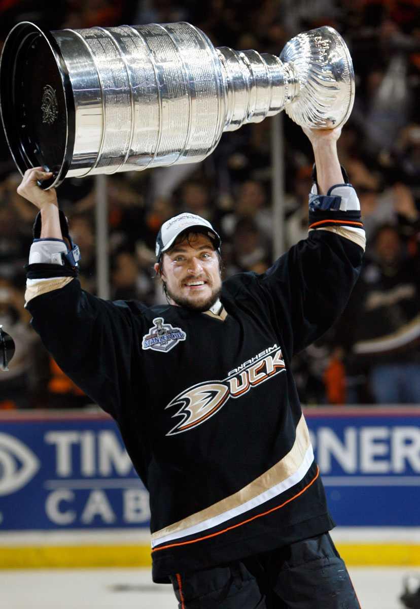 Lyfter Stanley Cup-pokalen efter segern över Ottawa i juni 2007.