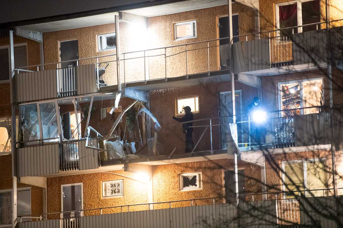 Två explosioner har skett vid flerfamiljshus i Husby och Kista.