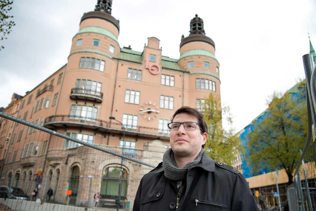 """Balázs Bábel, internationell sekreterare i det ungerska metallfacket Vasas, vid LO-borgen i Stockholm. """"Vi har ganska nära samarbete med de svenska fackförbunden, speciellt med de inom metallsektorn"""", säger han."""