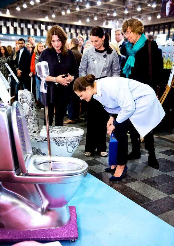 Kronprinsessan Victoria fick äran att inviga utställningen av tio toaletter i Skrapan i Stockholm i går. Toaletterna är designade av svenska kändisar och ska auktioneras ut till förmån för organisationen Water Aids arbete.