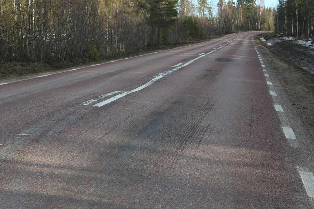 Ojämnheter i asfalten vid olycksplatsen.