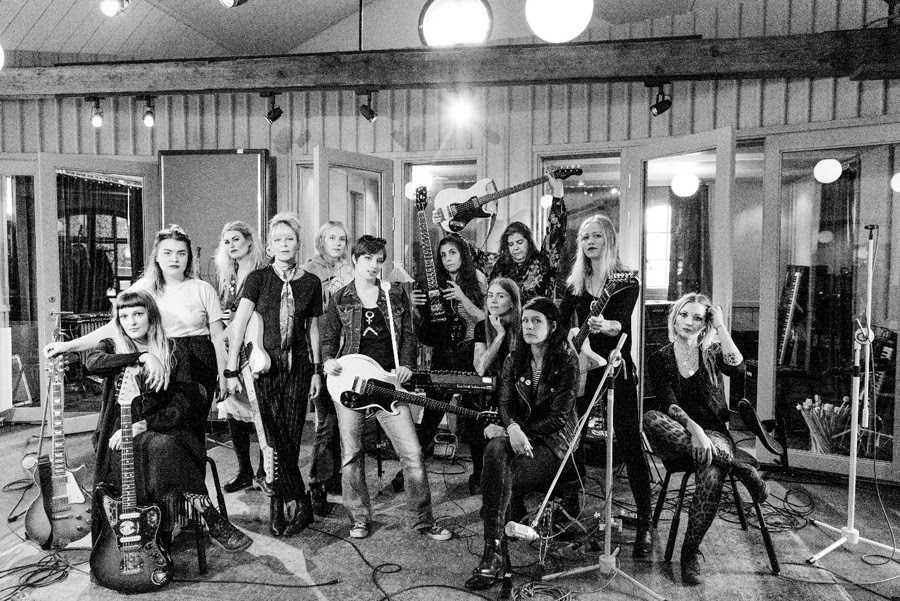 Under en helg i september förra året samlades tolv svenska musiker för att skriva och spela in ett gemensamt punkrockalbum.