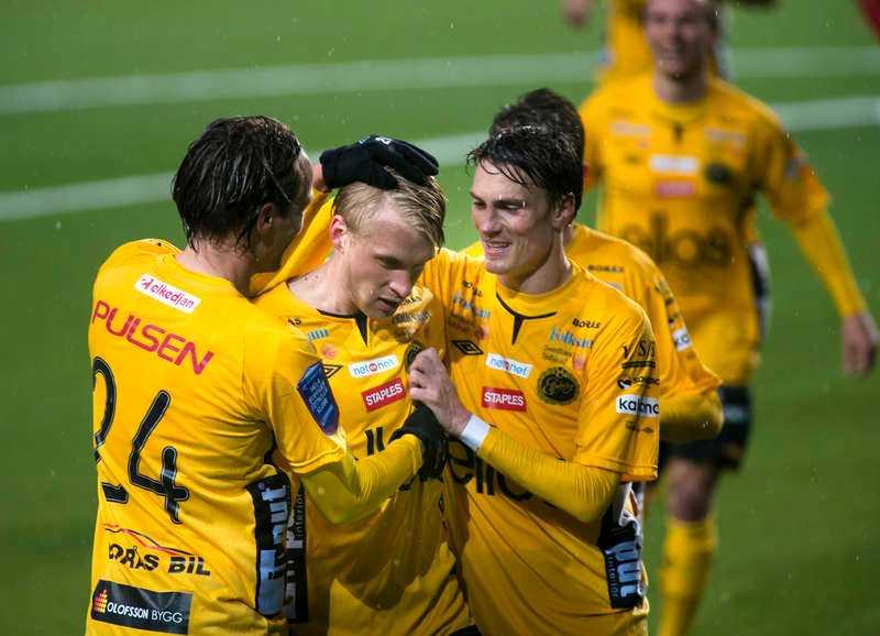 Lagkaptenen och målskytten Johan Larsson klappas om efter målet, som innebar Elfsborgs andra seger i årets allsvenska.