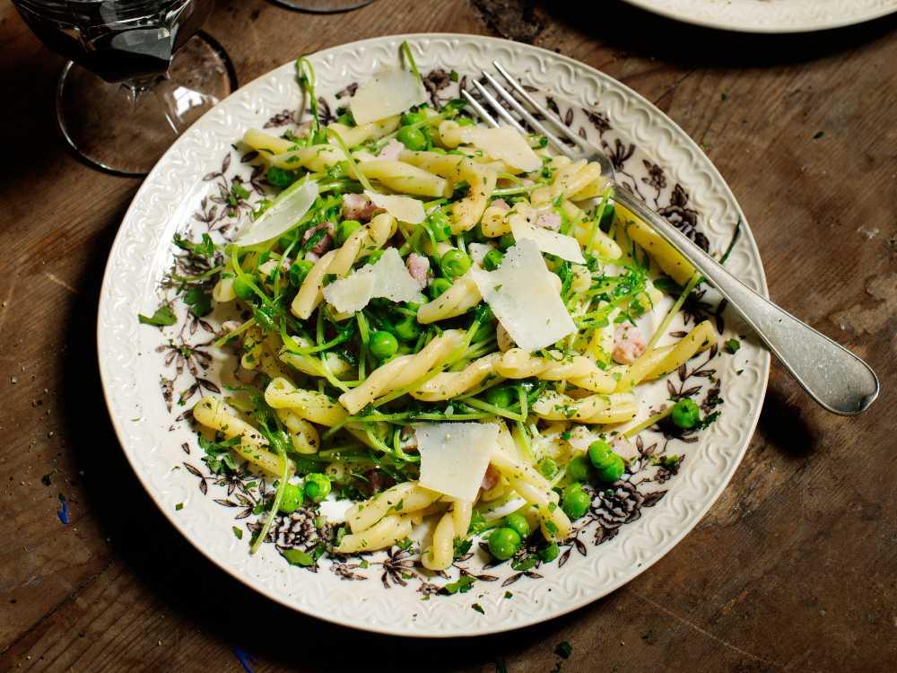 Härlig pasta med krispiga ärtskott och nyriven parmesanost.