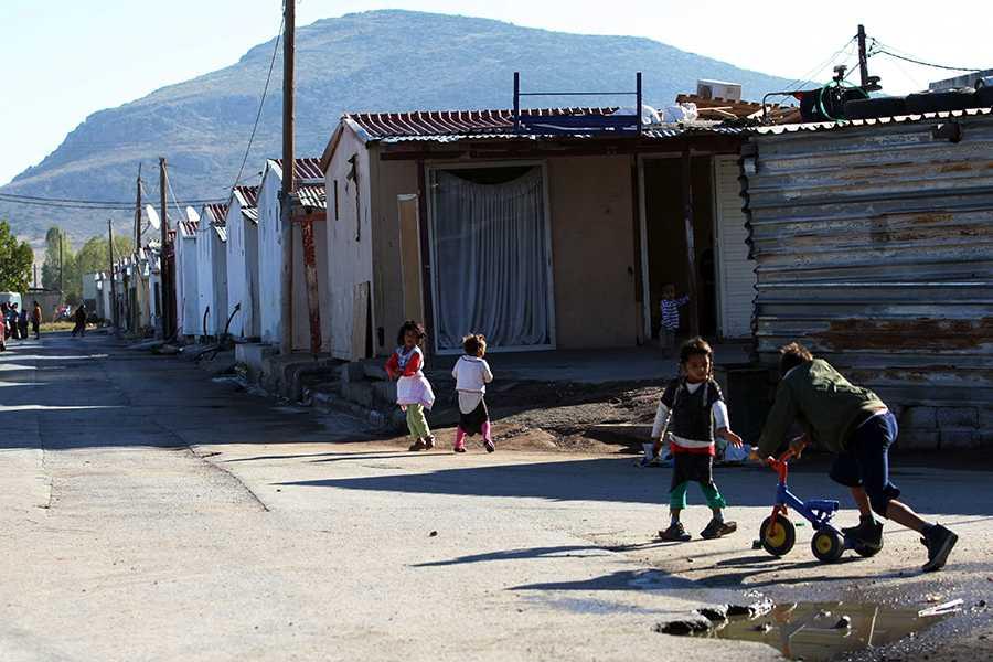 Flickan hittades i ett fattigt kvarter med slitna baracker där flera barn levde.