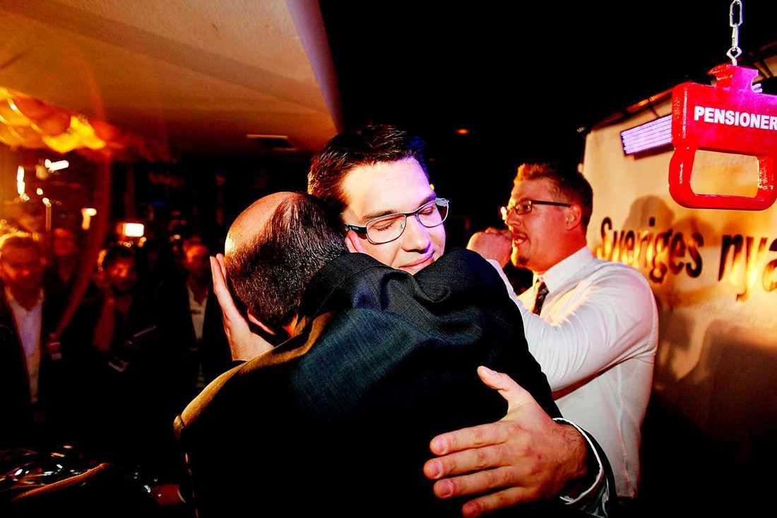 Daniel Assai omfamnar Jimmie Åkesson under Sverigedemokraternas valvaka 2010.  Nu avslöjar han spelet bakom miljonfusket: Vi hade en väl utarbetad strategi.