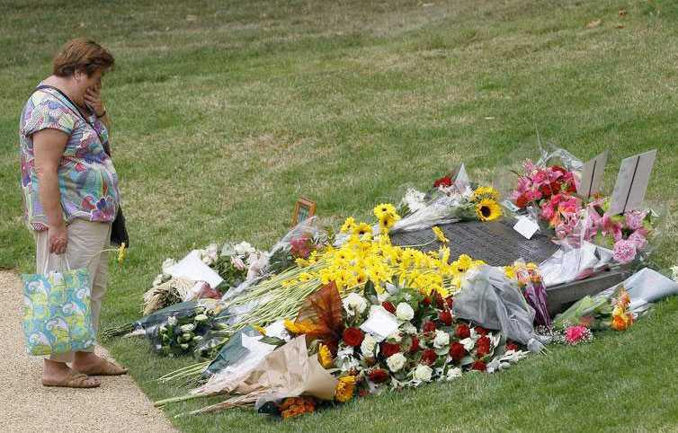 En kvinna sörjer offrena framför minnesmärket i Hyde Park i London.