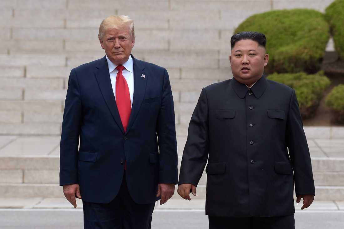 USA:s president Donald Trump och Nordkoreas diktator Kim Jong-Un när de möttes i gränsstaden Panmunjom i den demilitariserade zonen i somras. Arkivbild.
