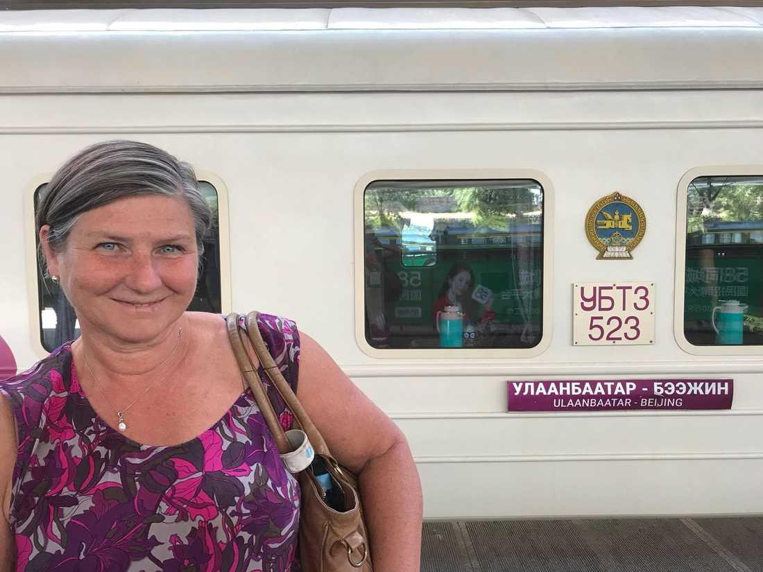 Helen Tronstad på väg att stiga på tåget från Ulan Bator i Mongoliet, för att resa till Peking.