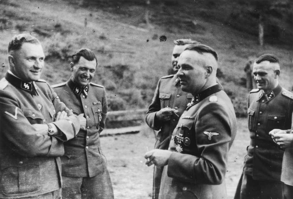 Arkivbild från 1944. Auschwitz-kommendanterna Richard Baer och Rudolf Höss (i förgrunden till höger) tillsammans med bland andra Josef Mengele (andra från vänster).