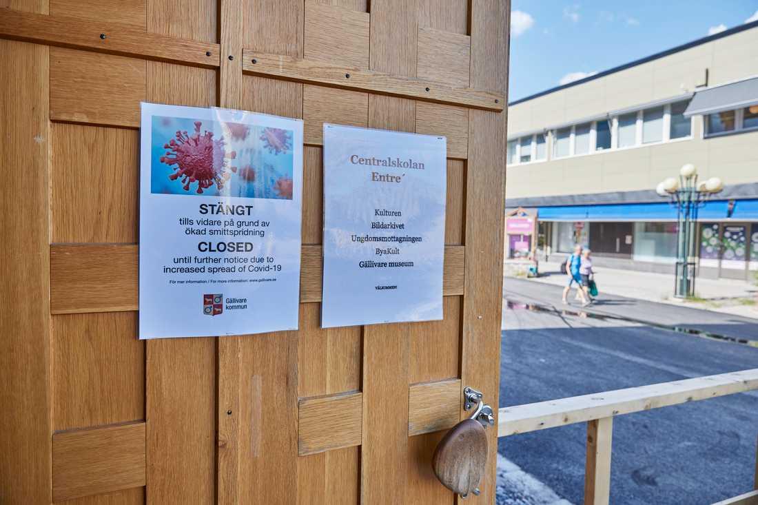 Skylt som förklarar att Gällivare kulturhus är stängt på grund av coronaviruset.