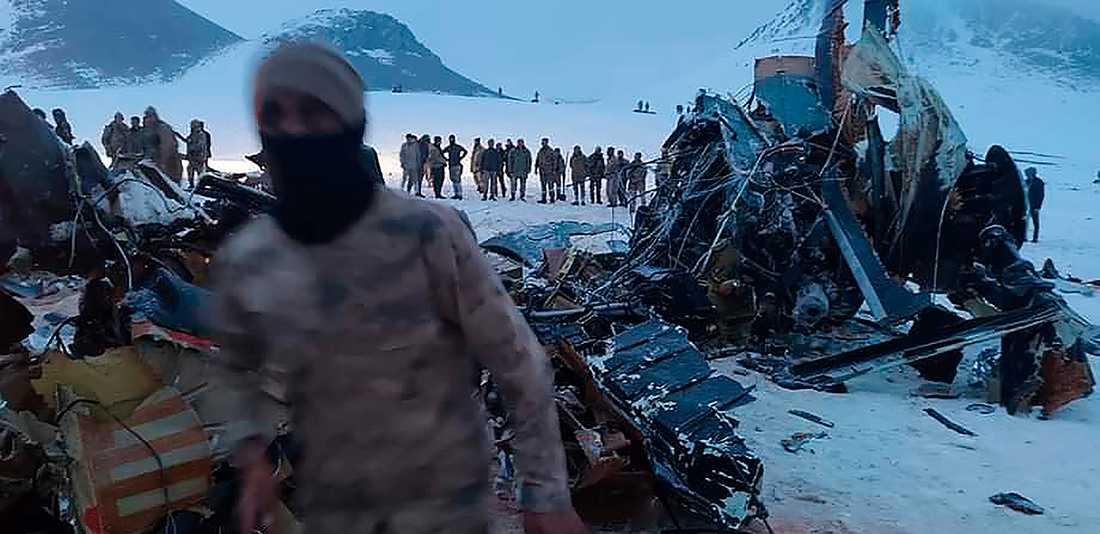 Soldater och räddningsarbetare i sydöstra Turkiet där en militärhelikopter kraschade på torsdagen. Minst tio människor miste livet.