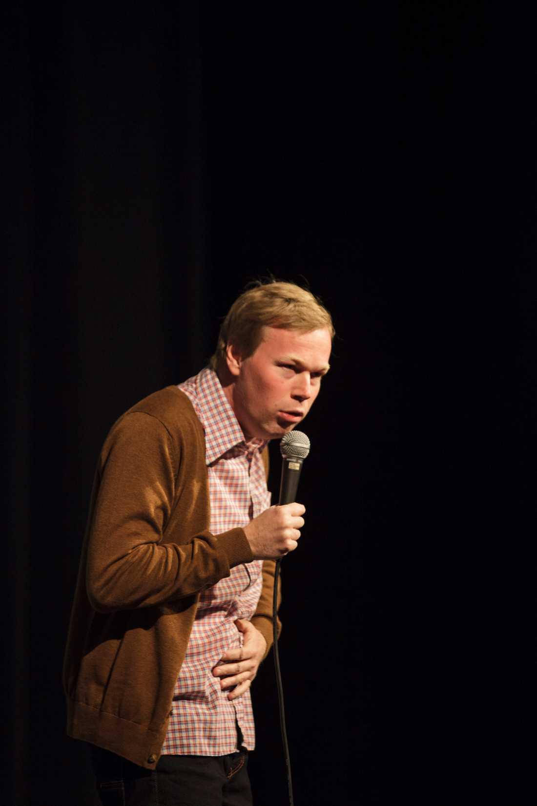 Träffsäker Johan Glans turnépremiär i Halmstad blev en skrattfest. Hans skämt om främlingsfientlighet, vad som skulle hända om Ikea skötte Sveriges vapenexport och hur det är att vara småbarnsförälder får salongen att skratta så tårarna rinner.