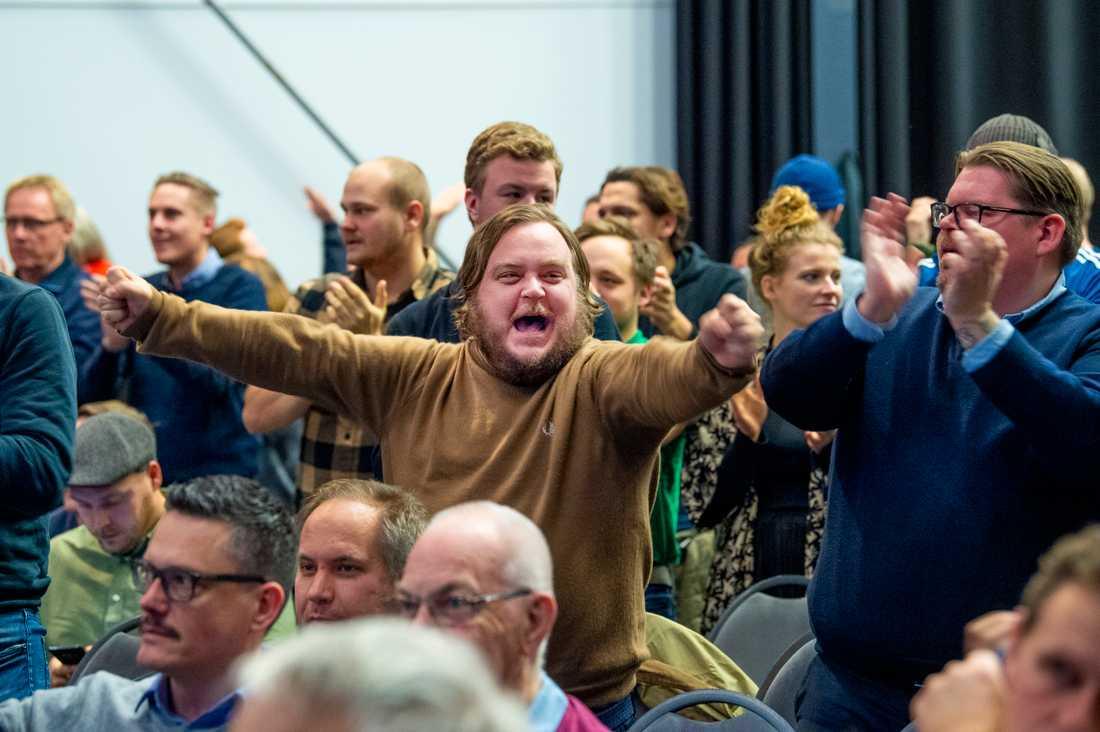 Medlemmar i MFF jublar efter beslutet att inte inleda samarbete med LB07 under klubbens extra årsmöte i Malmö. Laget börjar därför i division4.