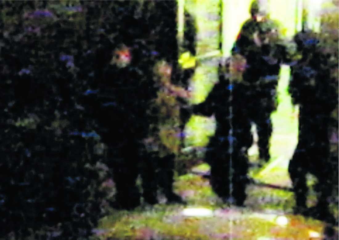 """GREPS HEMMA Här för tungt beväpnade poliser ut 38-åringen ur hans hus. Enligt vittnen gjorde mannen inget motstånd: """"Han hade ett halvt fotbollslag omkring sig men verkade själv helt lugn."""""""