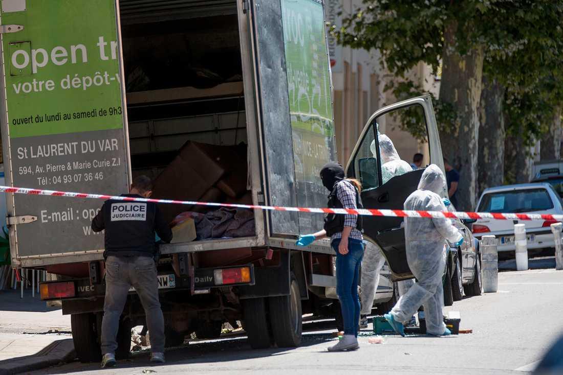 Polisen genomsöker en lastbil i närheten av den misstänkte terroristens hem.