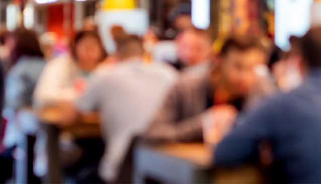 Restauranggäster håller sig inte till restriktionerna.