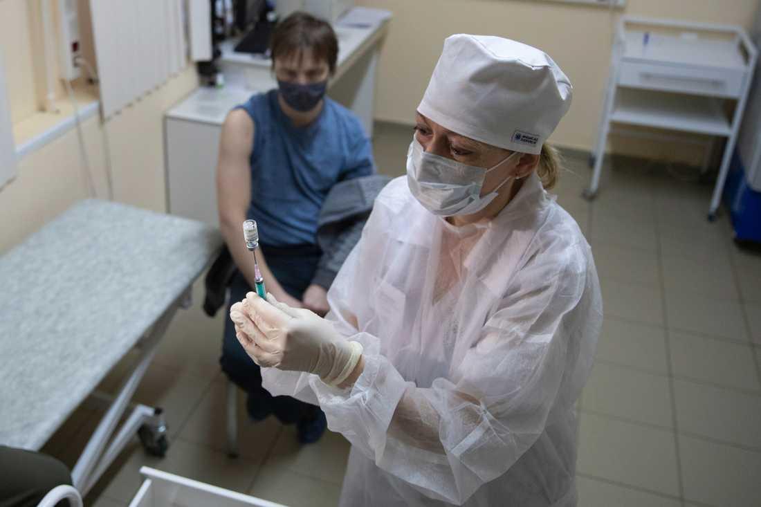 Ryssland vill starta upp produktion av Sputnik V-vaccinet i flera länder och har sträckt ut en hand till Tyskland. Här får en Moskvabo vaccinet i december. Arkivbild.