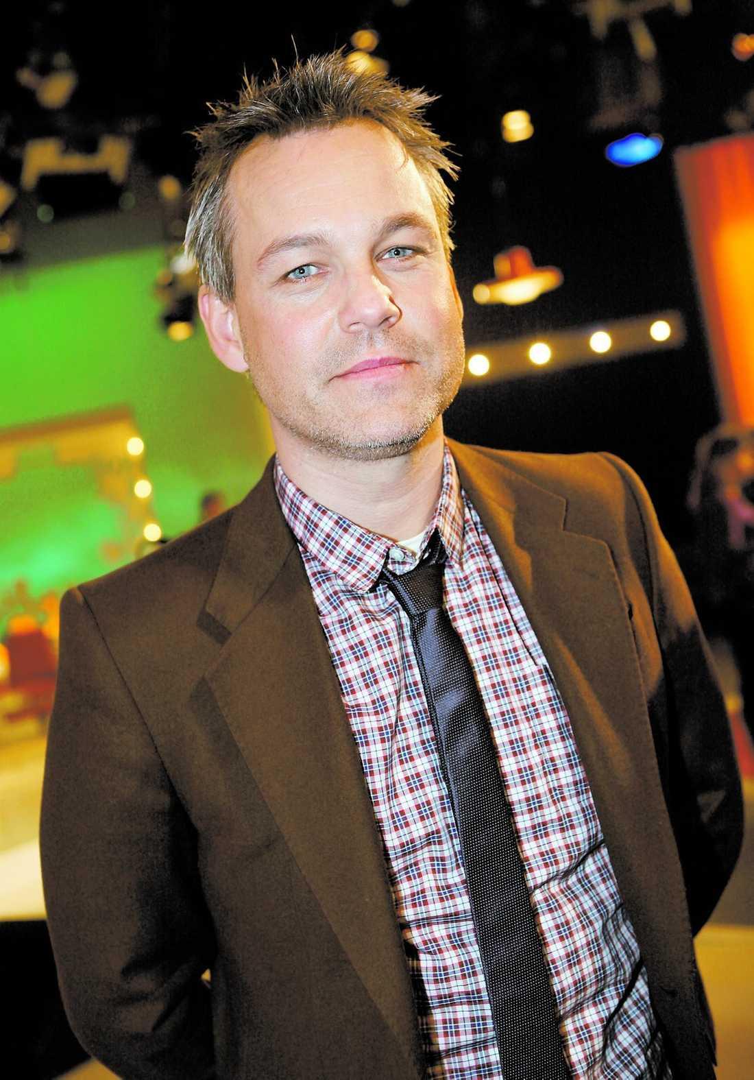 """Henrik Schyffert har lagt ironin bakom sig. I showen """"The 90's - ett försvarstal"""" gör han upp med sin egen, Killinggängets och ironins storhetsperiod under 90-talet."""