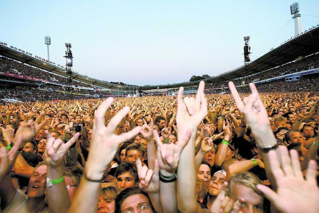 """120 minuters glädjekavalkad Över 56 000 fans hade vallfärdat till Ullevi för att föklara sin kärlek till Iron Maiden. Och kärleken var besvarad. """"Det är nämligen inget annat än en klassiker som sparkar igång strax efter halv tio denna bedårande lördagskväll,"""" skriver Aftonbladets recensent Mattias Kling."""