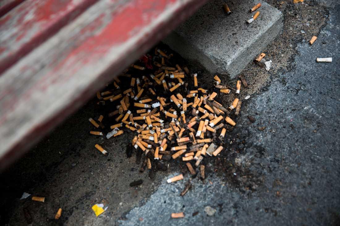 Giftiga fimpar på stan har blivit ett växande problem efter att rökförbudet på bland annat uteserveringar trädde i kraft 1 juli. Arkivbild.