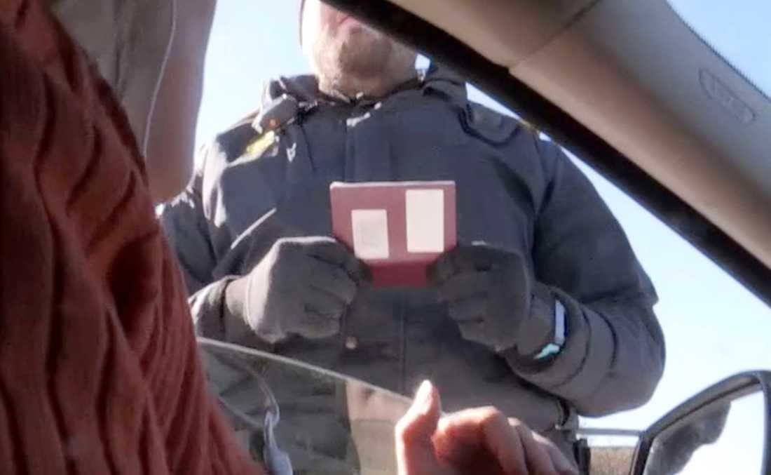 Aftonbladets reporter Susanna Nygren kontrolleras av danska gränsvakter.