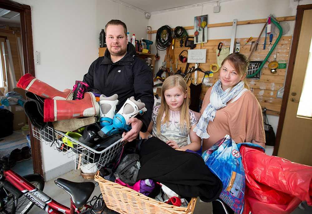Familjen berättar att de köpt på sig saker som mest bara legat och skräpat. Prylar från utlandsresor och fynd som Eini budat hem på auktionssajten Tradera.