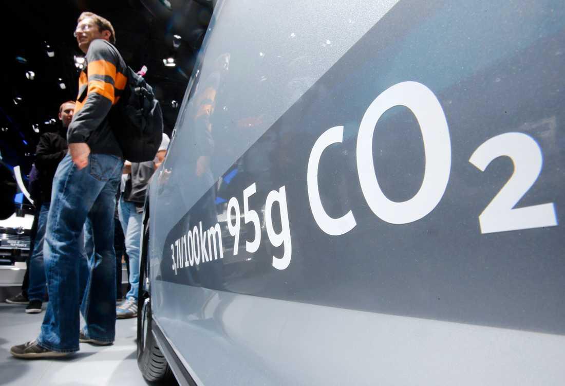 Mängden koldioxidutsläpp redovisas på en Volkswagen Passat Diesel på bilmässan i Frankfurt 2015.